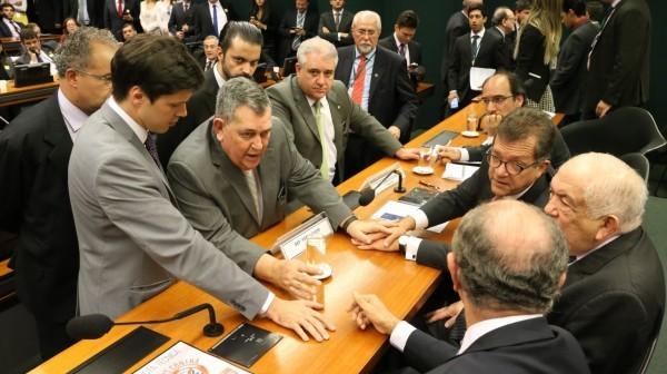 Presidente da Comissão Especial, Laércio Oliveira, discute com deputados a nova data de votação. Crédito: Paulo Negreiros
